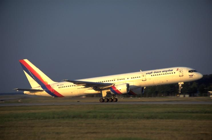 Frankfurt, Startbahn-West, Royal Nepal Airlines beim Start, 28.027 Byte